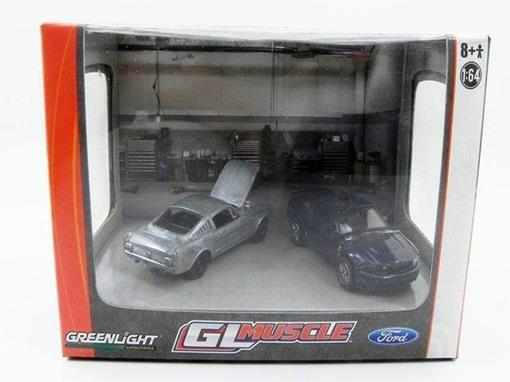 Miniatura Diorama Ford Mustang GT (2010) / Ford Mustang (1966) Gl Muscle - 1:64 - Greenlight